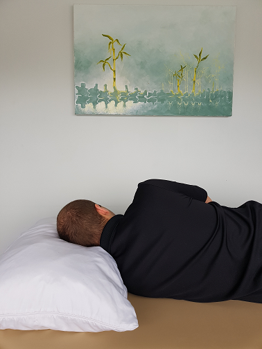 oakville physiotherapy how to sleep to aviod pain, man sleeping on side with pillow under neck